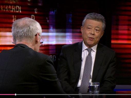 中國駐英國大使劉曉明(右)日前接受英國廣播公司(BBC)專訪時稱,中國沒有政治犯。(圖/翻攝自BBC官網)