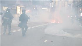 反送中維園集會  港警狂射催淚彈清場香港反送中支持者2日下午的維多利亞公園集會遭警方否決,但仍有大批示威者到場。圖為港警下午4時後狂發催淚彈清場,現場煙霧瀰漫。中央社記者張謙香港攝 108年11月2日