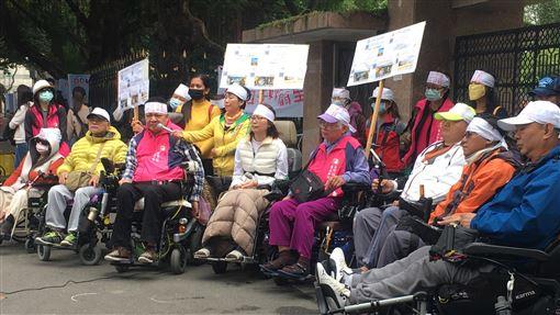 民團籲恢復外籍看護妊娠檢查 保障被照顧者權益台灣國際勞工暨雇主和諧促進協會、台北市脊髓損傷者協會等團體30日在台北舉行記者會,多名身障人士出席,呼籲政府重視被照顧者的看護品質,以及外籍看護工孕期胎兒與母親人權。中央社記者吳欣紜攝 108年11月30日