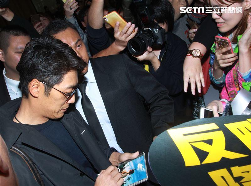 反町隆史飛抵台北吸引大批粉絲到場接機,親切的為大家簽名,讓粉絲們全都嗨了。(記者邱榮吉/攝影)