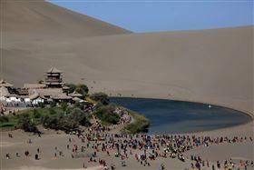 中國大陸,甘肅敦煌「鳴沙山」。(圖/翻攝自華新社)