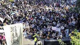 香港一批中學生和銀髮族30日一同集會,表明抗爭路上大家團結。(共同社提供)