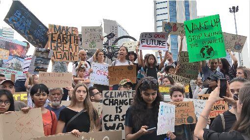 泰國年輕人發起環保抗議活動由一群泰國年輕人發起的氣候變遷抗議活動11月29日在曼谷市中心的是樂園登場,呼籲各界採取行動對抗氣候變遷。中央社記者呂欣憓曼谷攝 108年12月1日