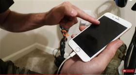 iPhone,Nokia,潛水,美國。(圖/翻攝自nuggetnoggin YOUTUBE)