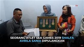 印尼一名17歲的體操選手薩尼亞(Shalfa Avrila Sania)原訂於11月26日前往菲律賓參加東南亞運動會,卻在11中旬時遭教練團取消資格,理由竟是「她已經不是處女」;但此說遭印尼體育署嚴正否認,聲稱開除是因考量選手的表現及紀律問題。(圖/翻攝自 KOMPASTV YouTube)