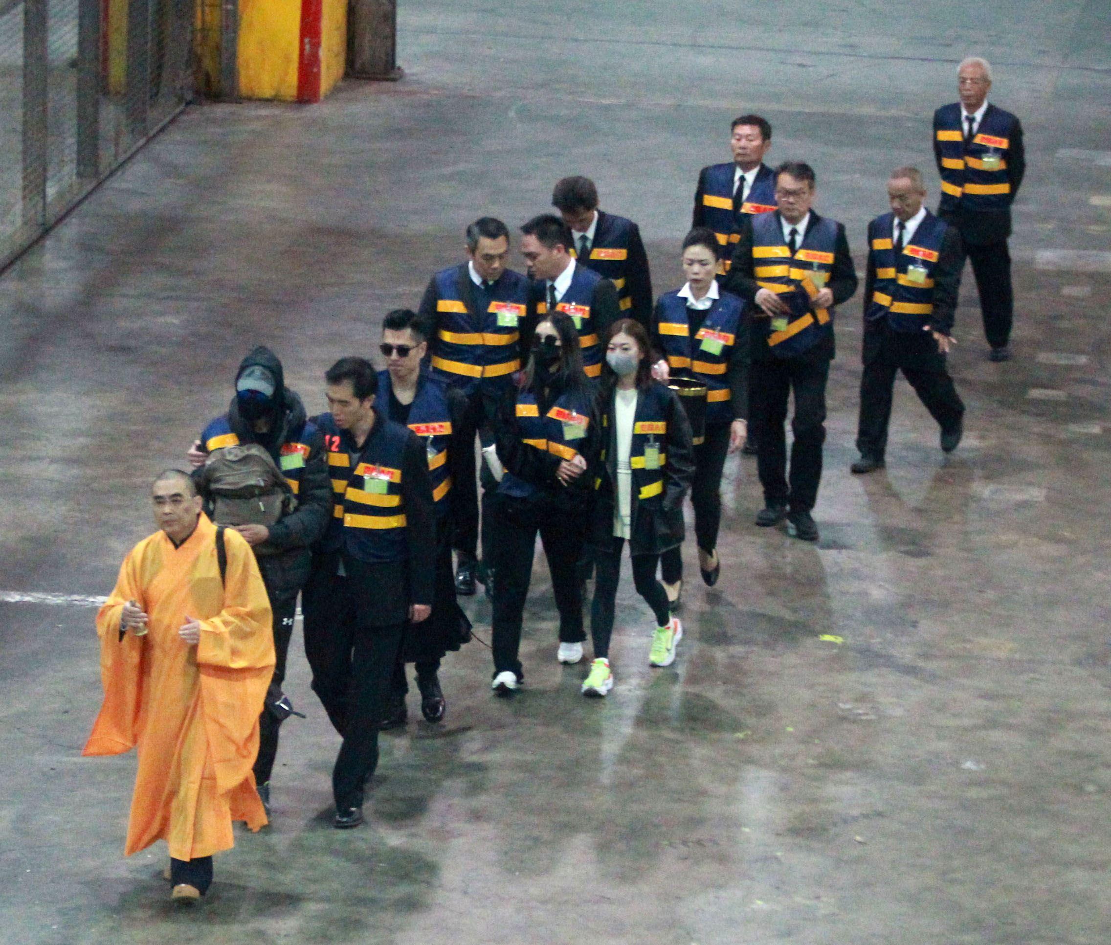 高以翔大哥、二哥、女友Bella等一行人在法師陪同下,送高以翔到一殯。(記者邱榮吉/攝影)