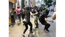 美國總統川普不顧北京反對,選在11月27日、感恩節前夕簽署「香港人權與民主法案」。圖為11月2日香港反送中集會,港警在銅鑼灣軒尼詩道追捕參與的示威者。(中央社檔案照片)