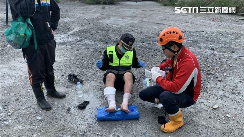 莽男爽泡野溪遭燙傷 2消防員救援…腳陷泥地也受傷