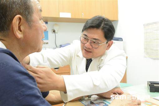 醫師魏林瑰替患者看診。(示意圖非新聞當事人/台北慈濟醫院提供)