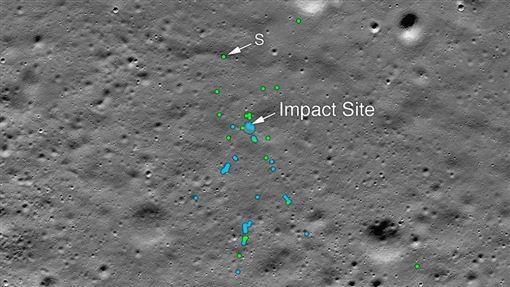 印度登陸器「維克藍」9月墜毀在月球表面,美國國家航空暨太空總署12月2日公布月球軌道探測器拍攝的照片顯示,碎片散落在將近24個不同位置,範圍橫跨數公里。圖中綠點為「維克藍」的殘骸碎片。(圖取自twitter.com/NASA)