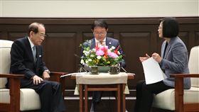總統:台日洽簽CPTPP現在正是時機總統蔡英文(右)3日接見日本台灣交流協會會長大橋光夫(左),總統表示台日雙方互訪人數今年很有可能突破700萬人次的大關創下歷史新高;雙方洽談太平洋夥伴全面進步協定(CPTPP)正是時機。中央社記者鄭傑文攝 108年12月3日