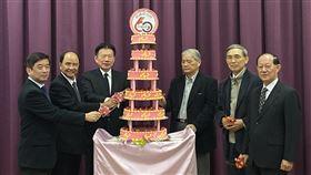 紡織綜合所60週年慶紡織綜合所3日舉行60週年慶,所長李貴琪(左一)與歷任董事長共同切蛋糕慶祝。中央社記者潘羿菁攝  108年12月3日