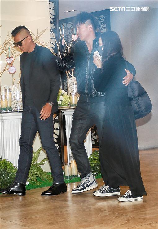 范瑋琪與黑人陳建州前往高以翔靈堂。(圖/記者林士傑攝影)