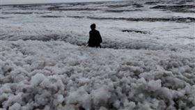 泡沫,印度,海灘,電影,浪漫,有毒,皮膚,汙染,殘酷,接觸 圖/翻攝自推特