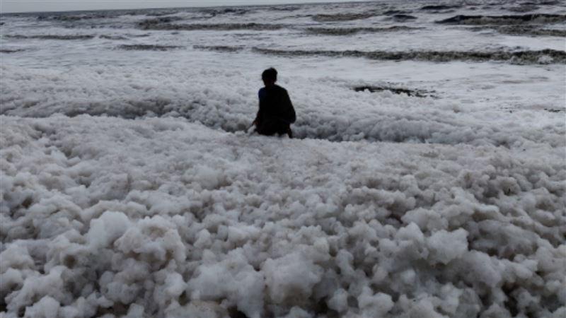 印度海灘「白色泡沫」超浪漫! 背後驚藏殘酷真相…