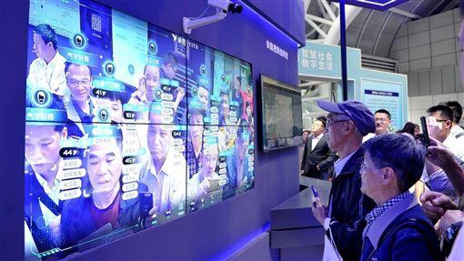 紐約時報報導,新疆當局透過採集維吾爾族的血液樣本,建立基因資料庫,未來可根據基因資料庫建立的人臉圖像輸入人臉辨識系統,藉此加強社會控制。圖為中國人臉識別技術展覽會。(示意圖/中新社提供)