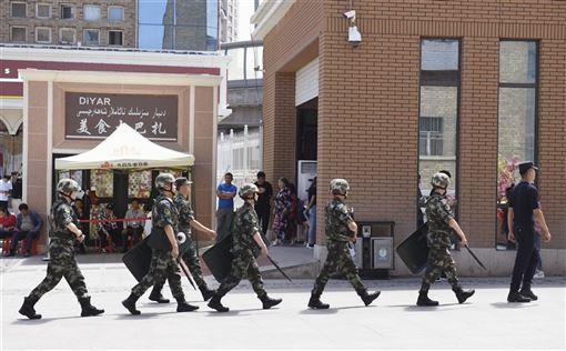 美國聯邦眾議院3日以壓倒性票數通過維吾爾人權法案,要求川普政府加強回應中國鎮壓穆斯林少數族群行為,並制裁中國高階官員與實施出口禁令。圖為武警在新疆烏魯木齊市巡查。(檔案照片/共同社提供)