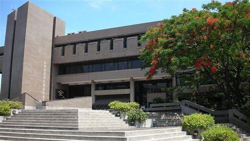 王秋華為台灣戰後第一代建築師,被譽為台灣圖書館建築之母。圖為王秋華與建築師潘冀合作設計中原大學張靜愚紀念圖書館(圖取自維基共享資源;作者Foxy Who,CC BY-SA 3.0)。