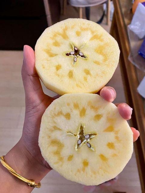 好市多買日本蘋果 連剖2顆都有「深黃晶體」…網一看手刀瘋搶:超幸運!(圖/翻攝自Costco好市多 商品經驗老實說臉書)