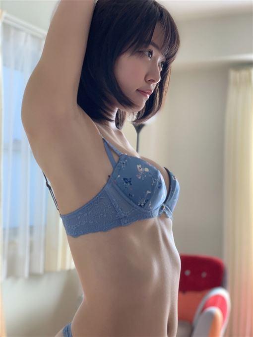 ▲八木奈奈拍攝寫真時的側拍(圖/Twitter)