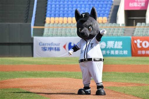 ▲台灣犬吉祥物首次在冬季聯盟開球。(圖/中華職棒提供)