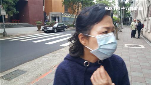 ▲謝亞軒南京東路上飆車撞死3人,母親帶著200萬元台支本票,裝在紅包袋中,要當庭交給死者家屬,但還是遭到拒絕。(圖/記者楊佩琪攝)