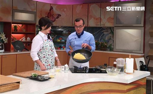 小周師使用大寶鍋做料理。大寶鍋容量大又輕巧。一鍋多用煎煮炒炸,甚至也可以取代湯鍋。愛娥樂直播小寶鍋使用狀況!