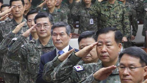 南韓國防部長鄭景斗(中)4日主持2019年終全軍主要指揮官會議時表示,考慮到北韓近期的動向,南韓全軍要保持高度戒備狀態。(韓聯社提供)