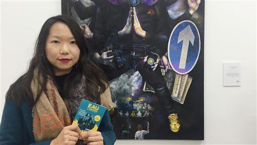 香港抗爭藝術展  策展人期待開啟對話平台「流水與飛灰‧創意進化╳革命」藝術展3日在巴黎開幕,策展人Ricko表示,希望透過藝術空間,建立與法國社會的交流平台,讓更多人了解香港抗爭運動。身後的創作展示香港民眾各種象徵性的抗爭裝備。中央社記者曾婷瑄巴黎攝  108年12月4日
