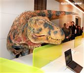 「與恐龍共舞」不得了爆龍闖進辦公室。(記者邱榮吉/攝影)