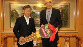 新潤(華潤)建設董事長黃文辰(左)捐贈復康巴士鑰匙 由謝政達副市長代收(圖/新北市政府)