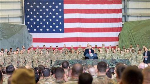 華爾街日報4日報導,鑒於伊朗構成的威脅日增,美國考慮在中東增兵,加派1萬4000餘名軍力。圖為川普(圖中講者)11月29日現身阿富汗與當地官兵會面。(圖取自facebook.com/DonaldTrump)