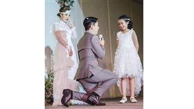 泰國,新娘是位單親媽媽 , 新郎請求她女兒將母親交給他 , 並且許下諾言以後扛起照顧她俩的責任 圖/翻拍自爆笑公社