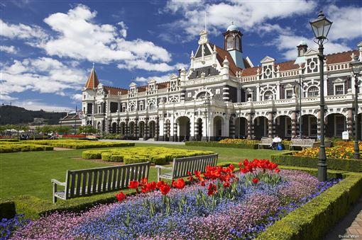 ▲紐西蘭但尼丁火車站已有超過百年的歷史,外觀像是一座華麗的城堡。(圖/紐西蘭航空)