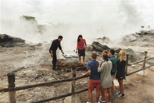 ▲毛利文化村戶外獨特的地景(圖/紐西蘭航空)
