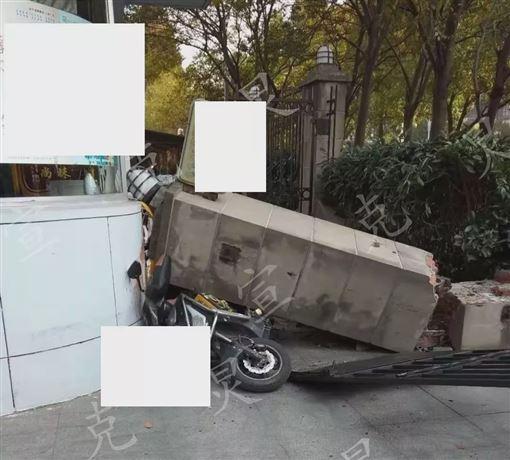 女撞倒圍牆!22歲外送員「頭遭砸中」亡…滿地安全帽碎片(圖/翻攝自微博)