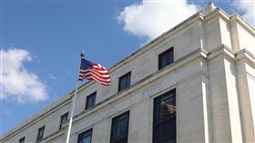 美國參議院外委會25日審議台北法案美國參議院外交委員會預計25日審議「台北法案」。圖為美國國會附近大樓懸掛的美國國旗。中央社記者徐薇婷華盛頓攝 108年9月25日