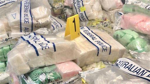 澳洲警方查獲的這批俗稱冰毒的甲基安非他命,市價估計近新台幣250億元。(圖取自twitter.com/AusBorderForce)