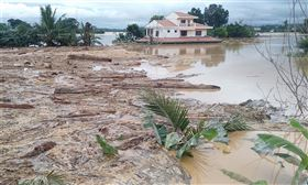 菲律賓官員5日表示,北冕颱風本週侵襲菲律賓以來,死亡人數增至13人。(法新社提供)