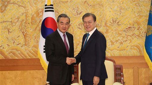 韓國總統文在寅(右)5日下午在青瓦台會見到訪的中國國務委員兼外交部長王毅(左)。(韓聯社提供)