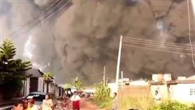 奈及利亞在當地時間5日發生一起離奇的火災事故,一名牧師在進行療癒儀式時,將手上的聖水林在教徒身上,沒想到下一秒一旁的蠟燭竟引燃,造成該名教徒不慎遭燒死;而事後警方調查發現,疑似是牧師誤將手上的汽油當聖水,才會導致這起意外發生。(圖/翻攝自VOA News YouTube)