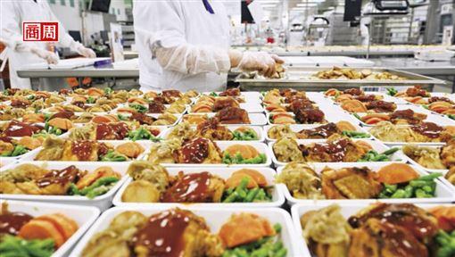 空中廚房精密生產線。相較於商務艙與頭等艙空服員,依前菜、麵包、主菜與甜點依序上菜,經濟艙餐點是同批加熱。(攝影者.商周 石吉弘)