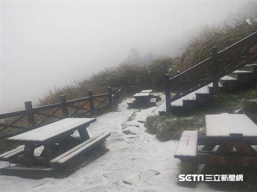 雪山飄雪了!凌晨氣溫降至0℃ 銀白世界讓山友好興奮圖/布農卡里布灣登山隊提供