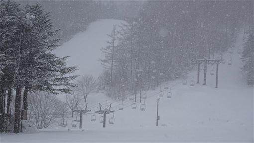日關東地區下雪 草津溫泉滑雪場一片銀白日本東部10日有寒流侵襲,以關東地區為主,突然變成像嚴冬一樣的氣候,草津溫泉滑雪場呈現銀白世界。中央社記者楊明珠草津攝 108年4月11日