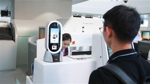 中國人臉數據黑色產業鏈悄然形成人臉辨識技術在中國大陸有濫用趨勢,陸媒指有關的黑色產業鏈甚至悄然成形。圖為旅客在北京大興國際機場使用人臉辨識機。示意圖。(中新社提供)中央社記者周慧盈北京傳真  108年12月6日