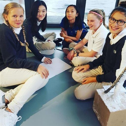 李嫣(左二)目前赴瑞士貴族學校求學。(圖/翻攝自Instagram)