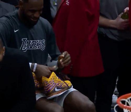 ▲詹姆斯在他的球鞋上簽名送給現場小朋養。(圖/翻攝自推特)