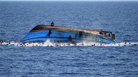 一艘載有逾百位移民的簡陋船隻4日在西非國家茅利塔尼亞沿海翻覆,造成至少62人喪命。(圖取自twitter.com/UNGeneva)