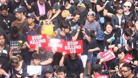 反送中遊行  香港青年:STOP KILLING US香港反送中大遊行16日再次登場。圖為年輕示威者手持STOP KILLING US的英文標語。中央社記者張謙香港攝  108年6月16日