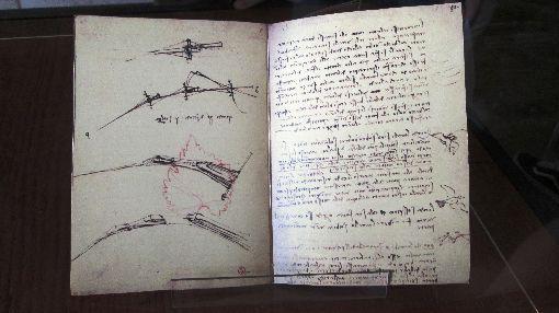 天才達文西巴西特展:達文西手稿巴西聖保羅影音博物館舉辦「天才達文西逝世500週年紀念特展」,展出達文西以獨特的左手鏡像反寫字書寫似密碼的手稿。圖為11月23日攝。中央社記者唐雅陵聖保羅攝 108年12月7日